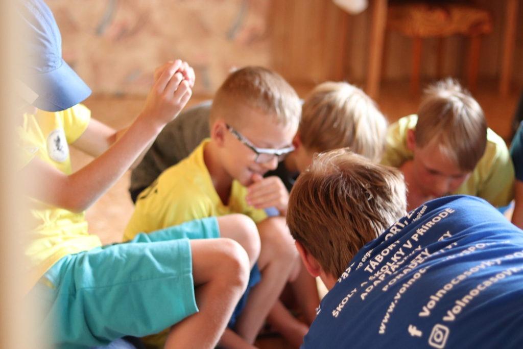 Hraní her na táboru