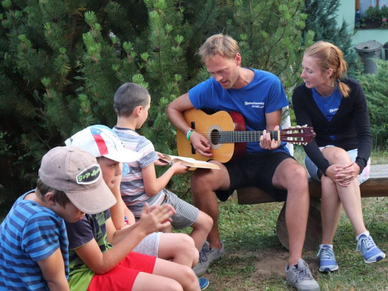 zpívání a hraní na kytaru na táboře