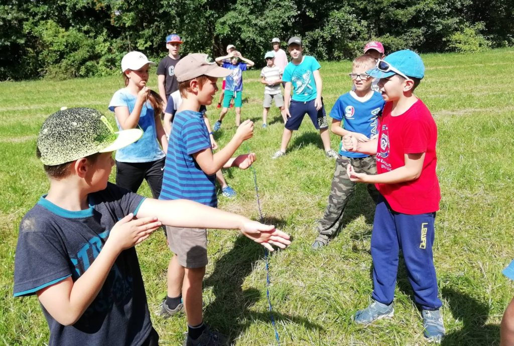 hraní zajímavé hry na táboru