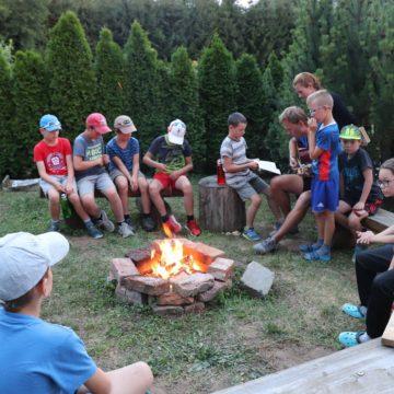 táborák, opékání špekáčků a zpěv