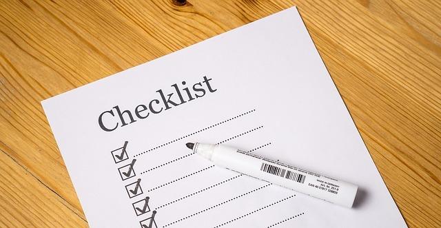 Papír ležící na stole, jedná se o obrázek předtištěného Checklistu
