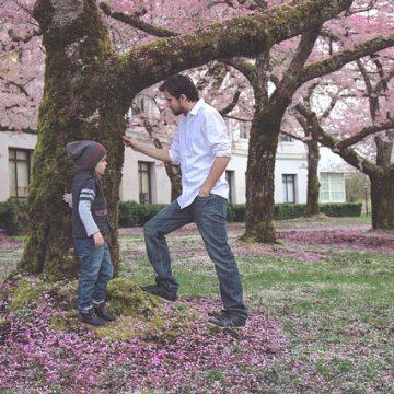 Otec a dcera si povídají u rozkvetlého stromu