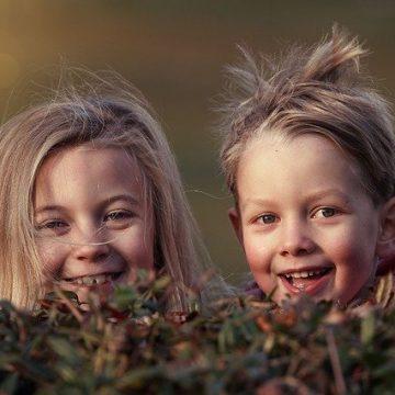Dvě děti, kluk a holka jsou šťastné